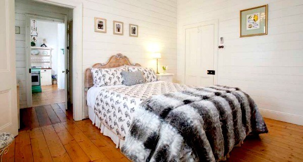 lake daylesford country house white bedroom